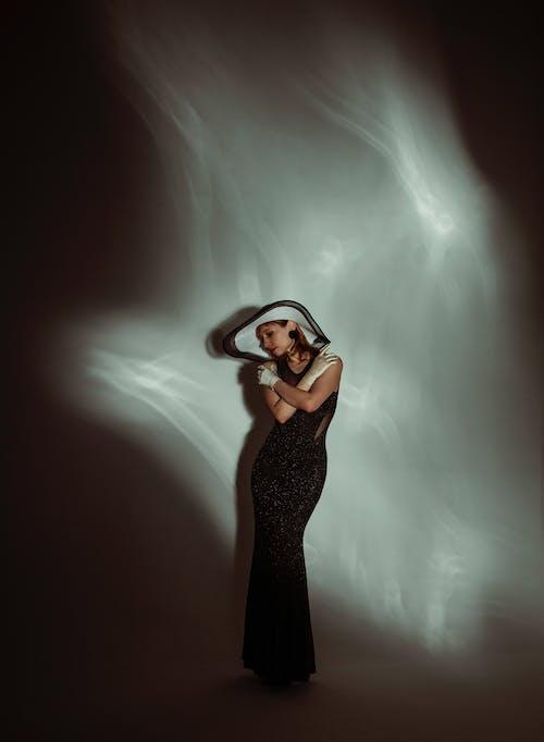 Femme En Robe Noire Couvrant Son Visage Avec Ses Mains