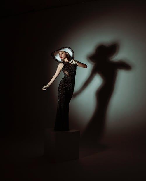 Femme En Robe Noire Debout