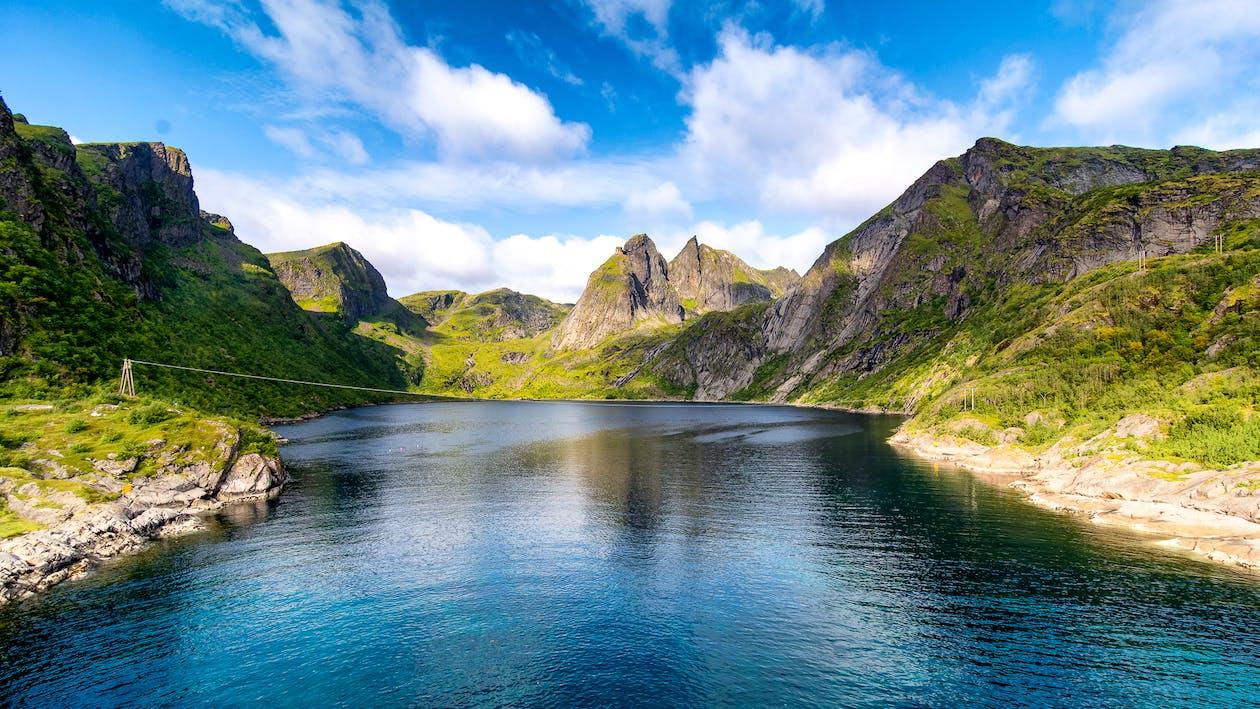 Sungai memegang peranan penting dalam siklus batuan sebagai sarana transportasi material yang ter erosi