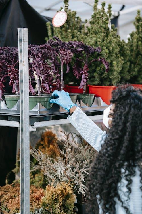 Mujer En Camisa Blanca De Manga Larga Y Pantalones Vaqueros Azules De Pie En Escaleras De Madera Gris