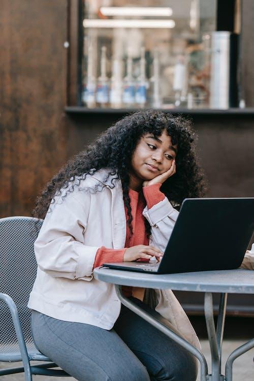 Kostenloses Stock Foto zu afroamerikaner-frau, arbeitsplatz, beschäftigt