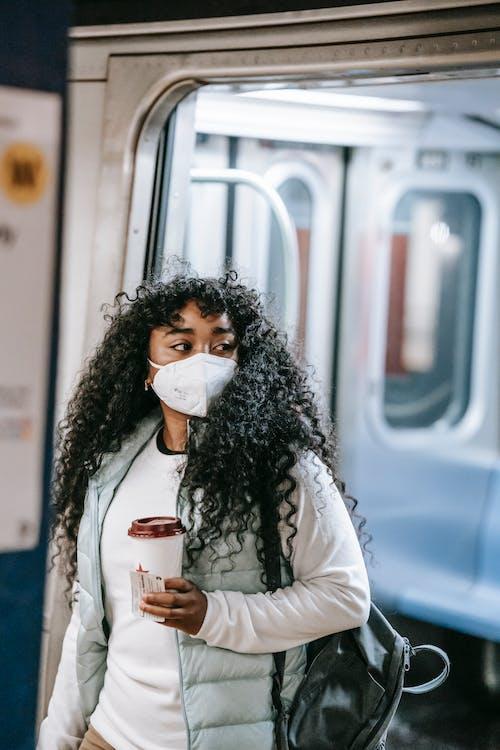 Mujer En Camisa Blanca De Manga Larga Con Vaso Desechable Blanco