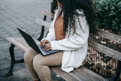 Безкоштовне стокове фото на тему «wi fi, афро-американська жінка, в мережі»