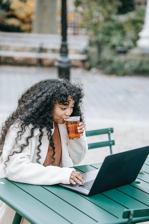 Безкоштовне стокове фото на тему «алкоголь, афро-американська жінка, в мережі»