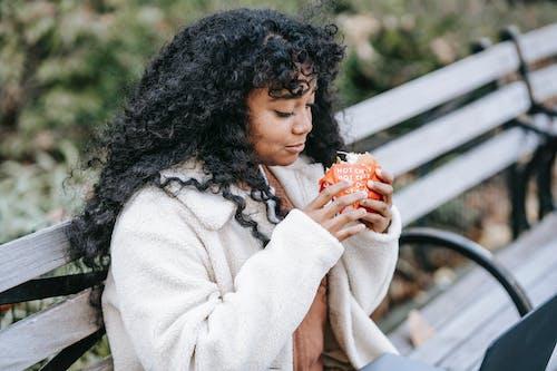 Безкоштовне стокове фото на тему «афро-американська жінка, бургер, верхній одяг»