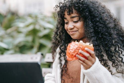 Безкоштовне стокове фото на тему «афро-американська жінка, безтурботний, бургер»