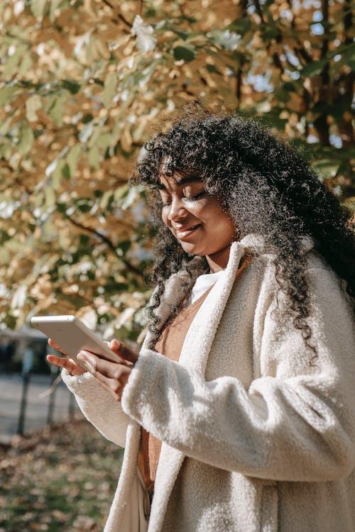 açık hava, afrikalı-amerikalı kadın, ağ içeren Ücretsiz stok fotoğraf