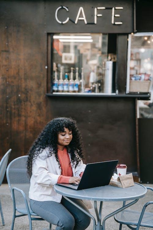 Vrouw In Wit Shirt Met Lange Mouwen Met Behulp Van Zwarte Laptopcomputer