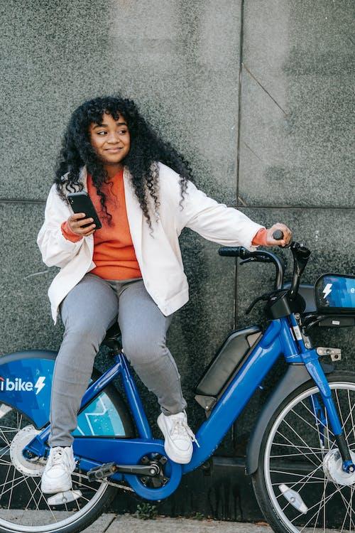 Fotobanka sbezplatnými fotkami na tému Afroameričanka, bezstarostný, bicykel