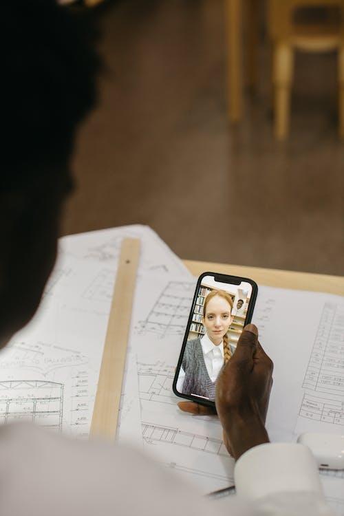 Ingyenes stockfotó afro haj, asztal, az önálló tanulás témában