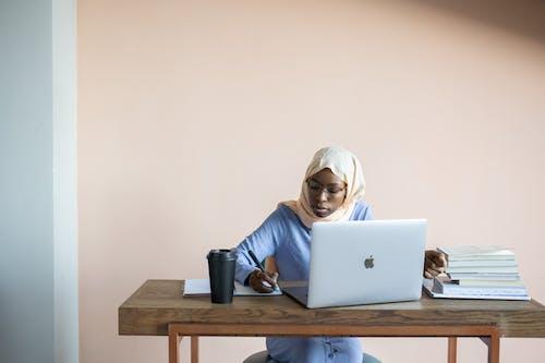Frau Im Weißen Hijab Mit Macbook Air Auf Braunem Holztisch