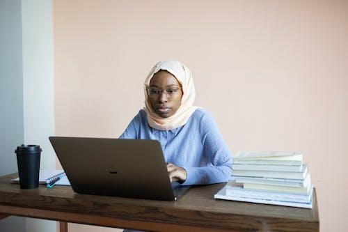Frau Im Weißen Hijab Mit Macbook