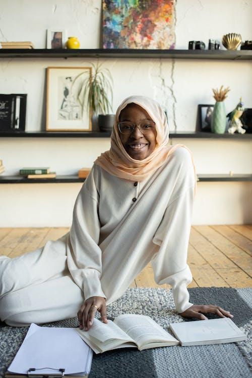 Frau Im Weißen Hijab, Der Auf Weißer Couch Sitzt