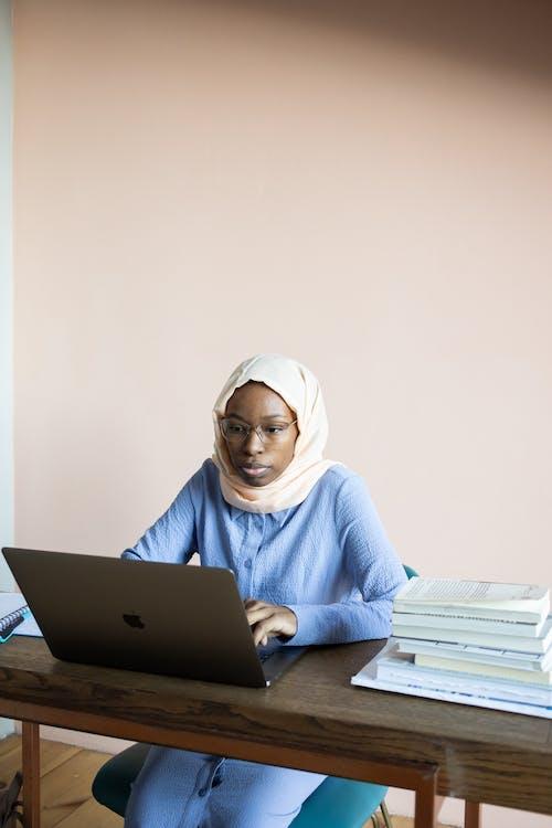 Frau Im Weißen Hijab Mit Macbook Air