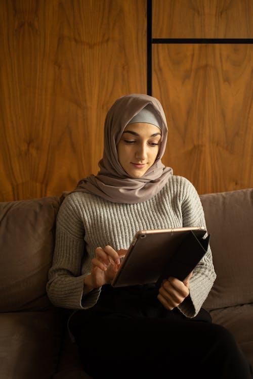 Wanita Berjilbab Putih Memegang Komputer Tablet Hitam