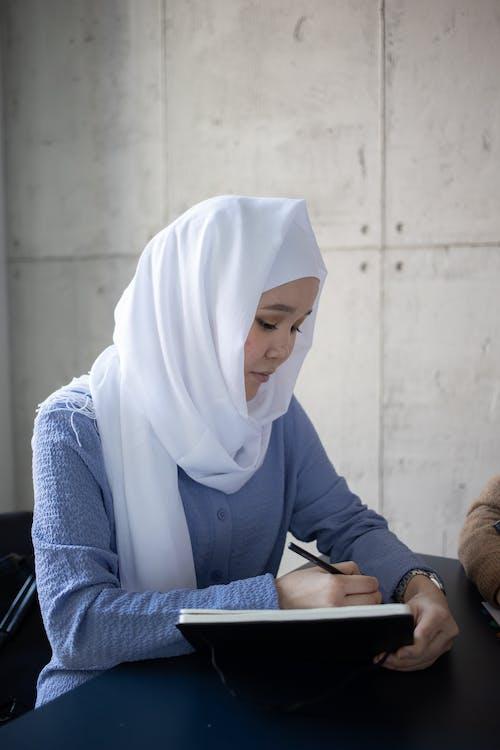 Wanita Dengan Hijab Putih Dan Kemeja Lengan Panjang Biru