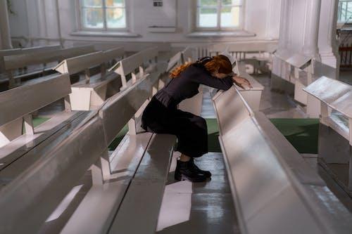 Mulher De Jaqueta Preta E Calça Preta Sentada Na Escada Branca