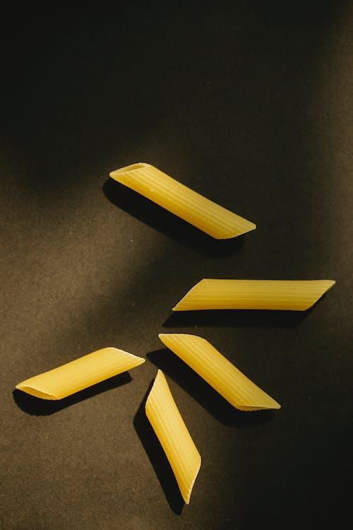 Dos Palos Amarillos Sobre Textil Negro
