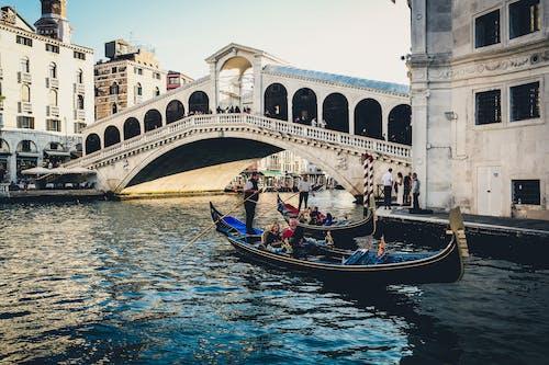 Ilmainen kuvapankkikuva tunnisteilla gondolieerin, gondolit, grand canal