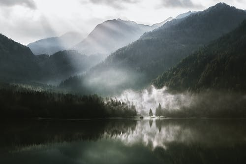 Kostenloses Stock Foto zu bäume, berge, himmel, holz