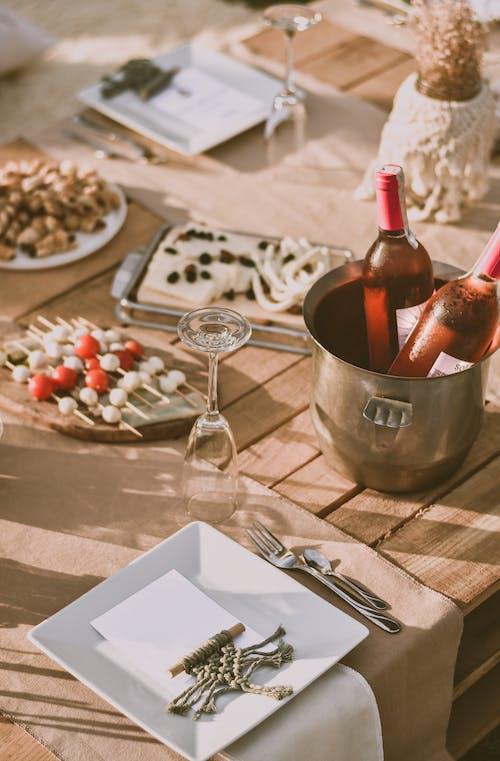 Weinflasche Auf Edelstahleimer Neben Weinglas Auf Tisch