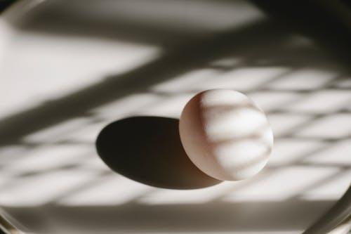 白色表面上的兩個白蛋