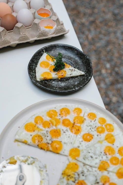 食品と白いセラミックプレート