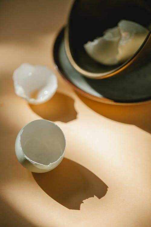 Białe Jajko Na Czarno żółtej Misce Ceramicznej