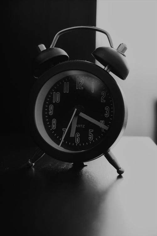 Immagine gratuita di bianco e nero, luce sullo sfondo, Orologio analogico