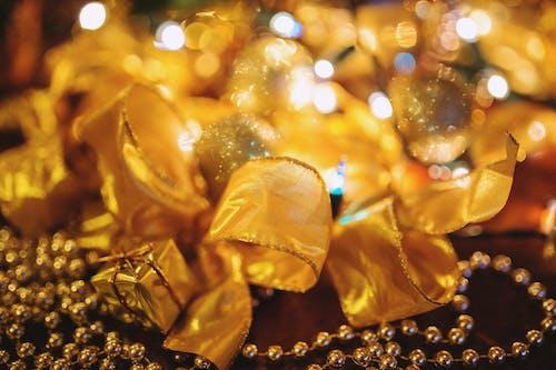 Δωρεάν στοκ φωτογραφιών με κορδέλες, φώτα, Χριστούγεννα, χριστουγεννιάτικα διακοσμητικά