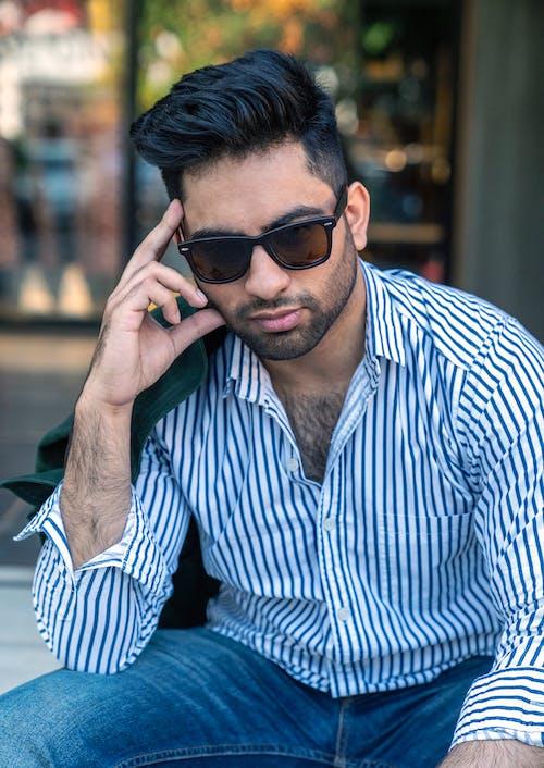 Hombre En Camisa De Vestir De Rayas Blanco Y Negro Con Gafas De Sol Negras