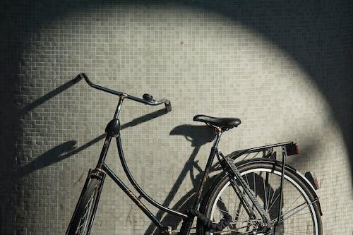 Vélo De Ville Noir Sur Clôture En Métal Noir