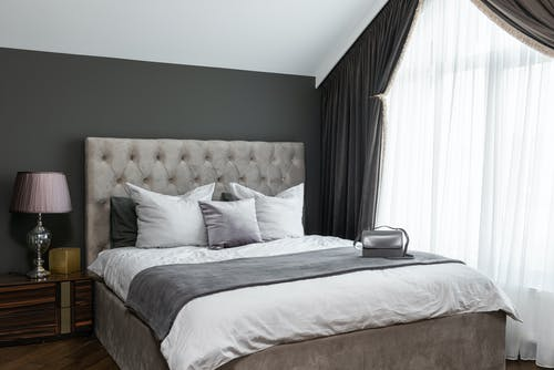 Белое постельное белье с подушками