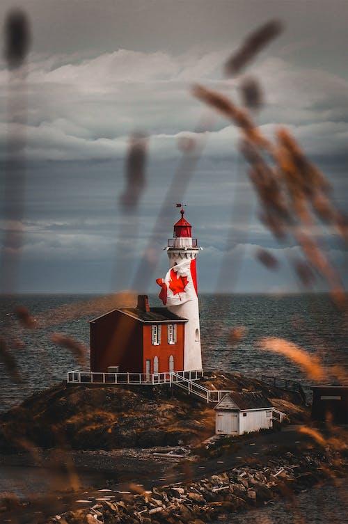 Biała I Czerwona Latarnia Morska Pod Pochmurnym Niebem