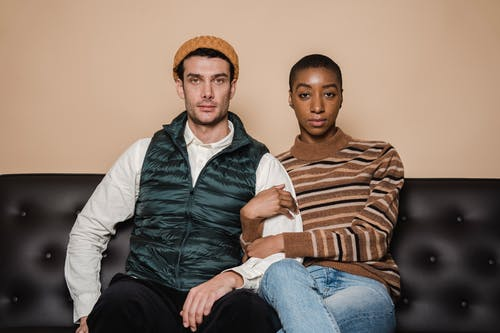 Gratis stockfoto met Afro-Amerikaanse vrouw, amour, bank