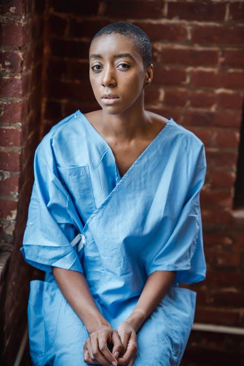 Gratis stockfoto met Afro-Amerikaanse vrouw, afwachtend, alleen