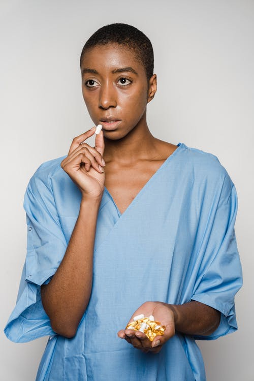Femme En Robe Bleue Tenant Ses Lèvres