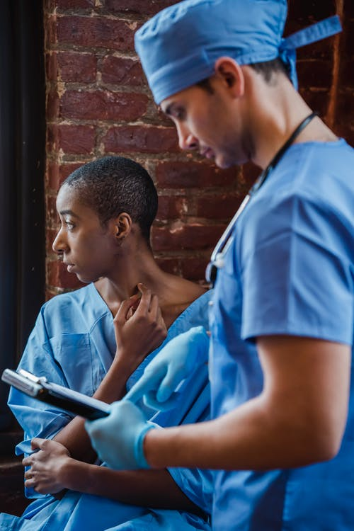 Homem De Camiseta Azul Com Gola Redonda Segurando Um Smartphone
