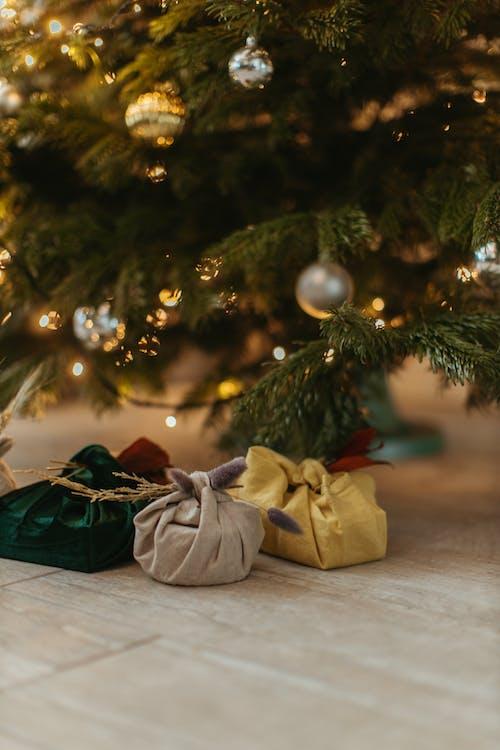 Foto stok gratis bidikan close-up, dekorasi Natal, hadiah
