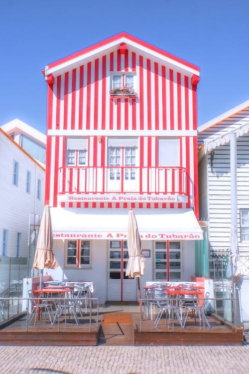 白と赤のコンクリートの建物