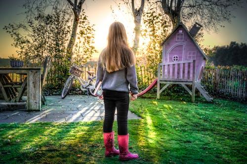 Darmowe zdjęcie z galerii z bawić się, córka, czas wolny, drzewa
