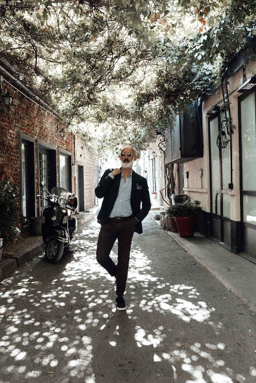 Foto profissional grátis de andar, ao ar livre, aparência