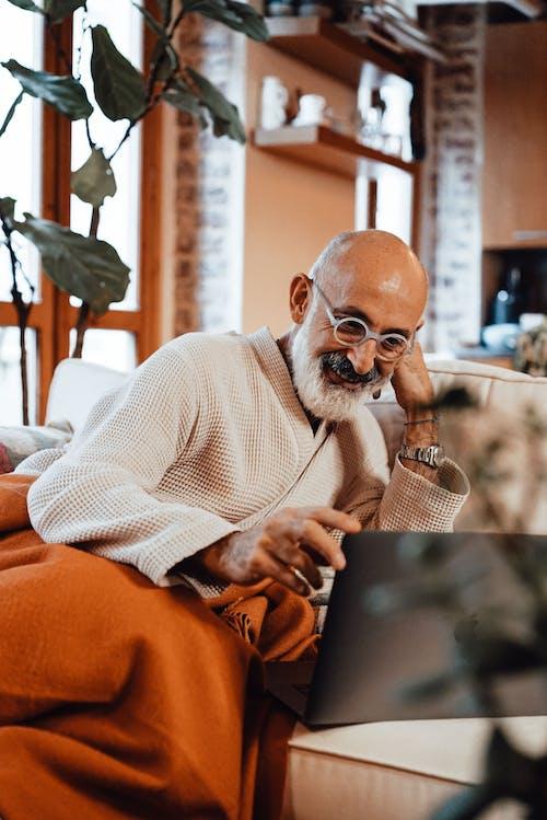 Pria Berkacamata Putih Mengenakan Kacamata Duduk Di Kursi
