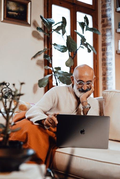 Homem De Suéter Branco Usando Macbook