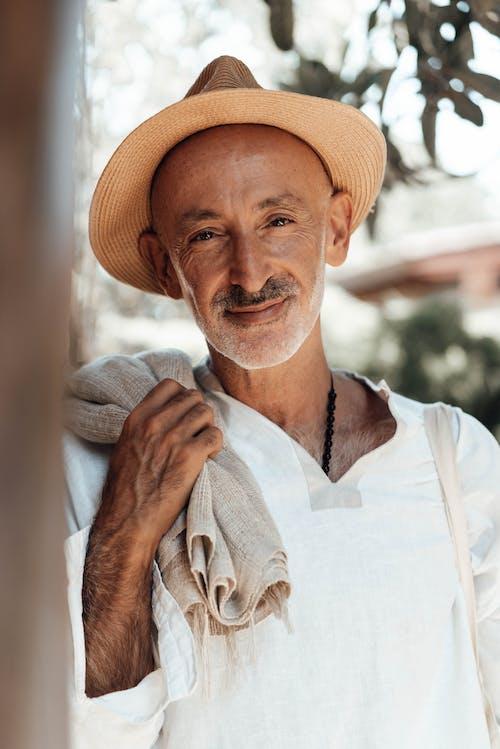 Homme En Chemise Blanche à Col En V Portant Un Chapeau Fedora Marron