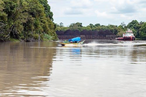 nehir üzerinde kömür mavna içeren Ücretsiz stok fotoğraf