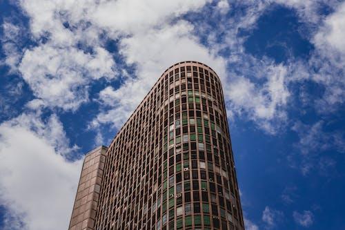 蓝蓝的天空下的灰色混凝土建筑