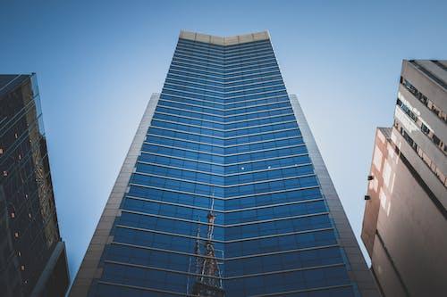 蓝色玻璃围墙高层建筑