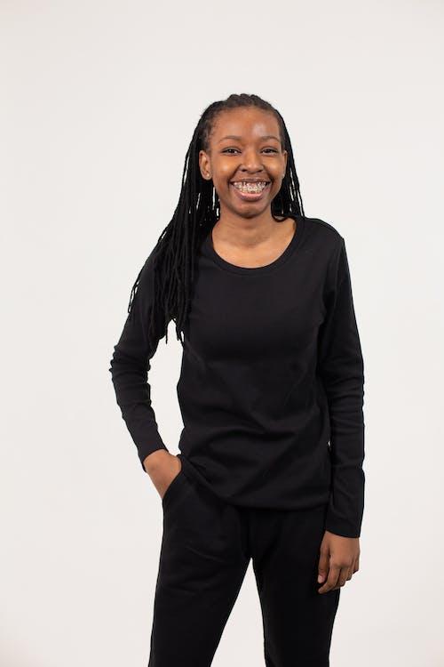 黒の長袖ドレス笑顔の女性