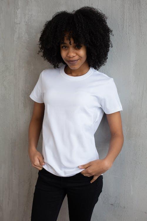 Wanita Dengan T Shirt White Crew Neck Dan Celana Hitam